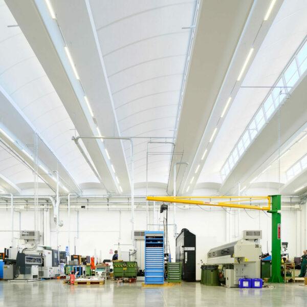 Illuminazione LED a risparmio energetico per industrie magazzini e aree logistiche.