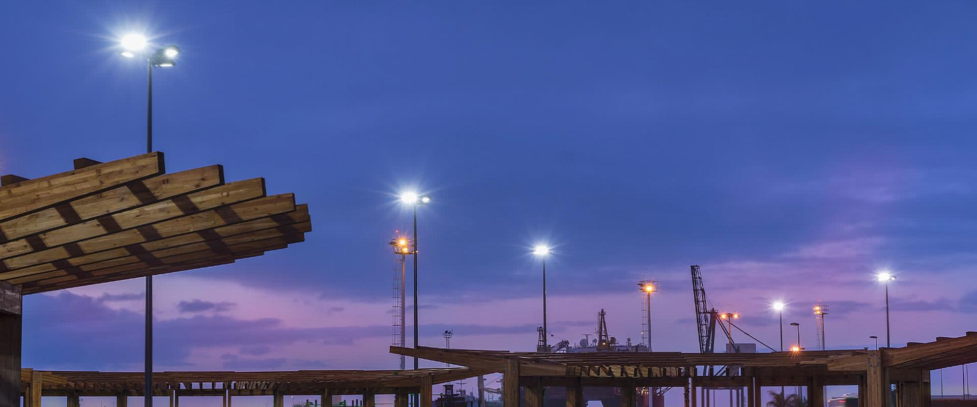 Faro proiettore led da esterno su torre faro.