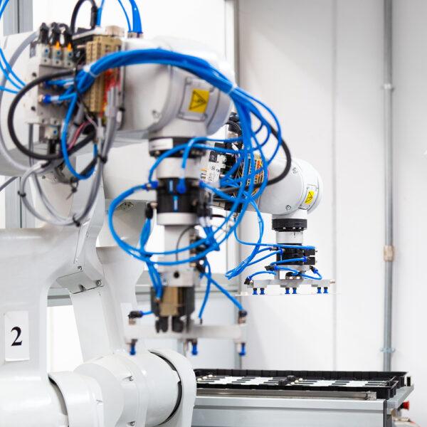 AEC Illuminazione Headquarters Italiano - azienda di illuminazione pubblica - Robot produzione